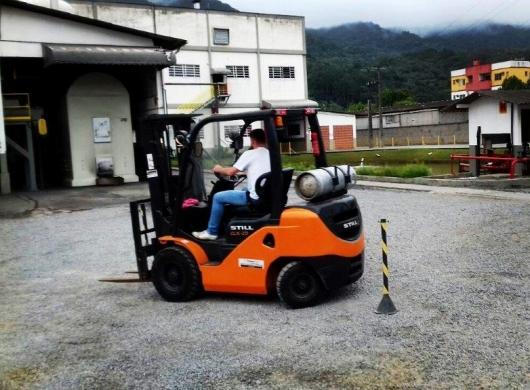 Treinamento sobre segurança na operação de empilhadeiras
